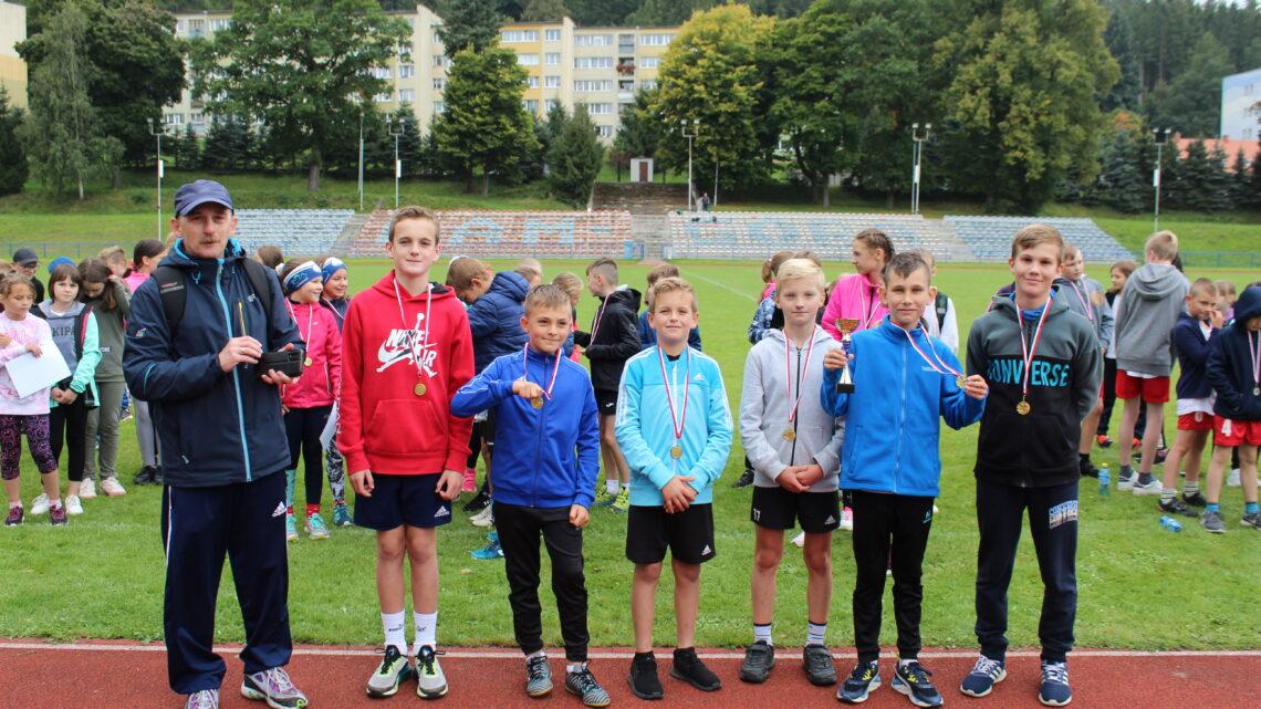 Sztafetowe biegi przełajowe dziewcząt i chłopców w Igrzyskach dzieci